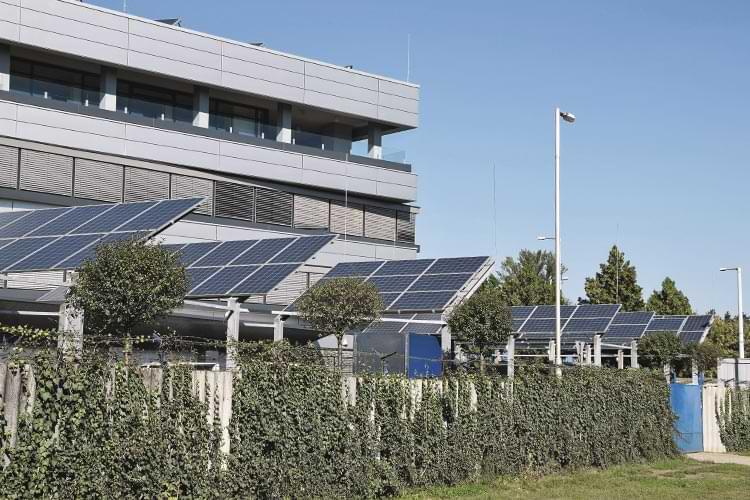 Aufgeständerte Photovoltaikmodule im Gewerbegebiet