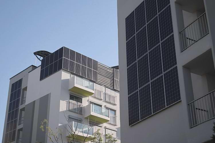 Fassaden einer Wohnanlage mit Solarmodulen